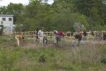 Beim Umgraben für Einkorn und Emmer, im Hintergrund der Berg aus Bauschutt