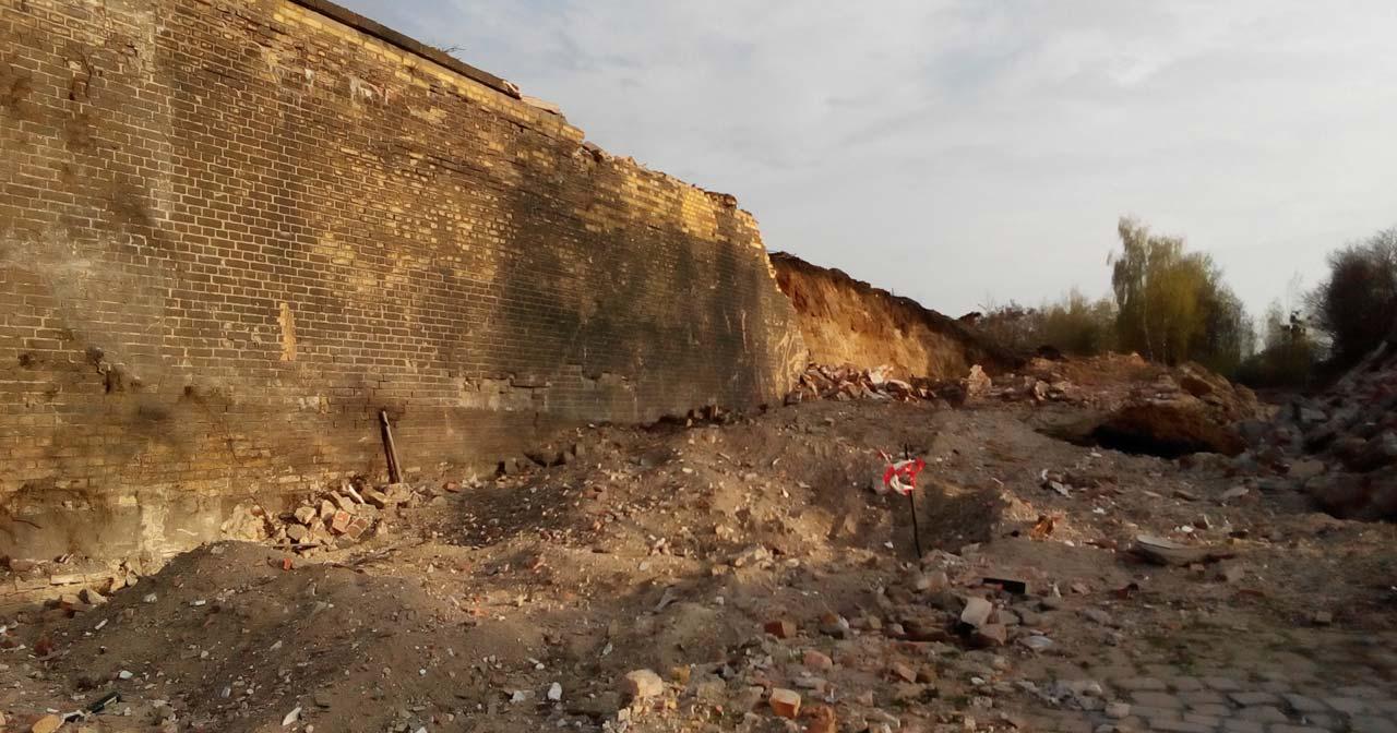 Die Stützmauer des Bahngeländes auf der Bautzener Brache