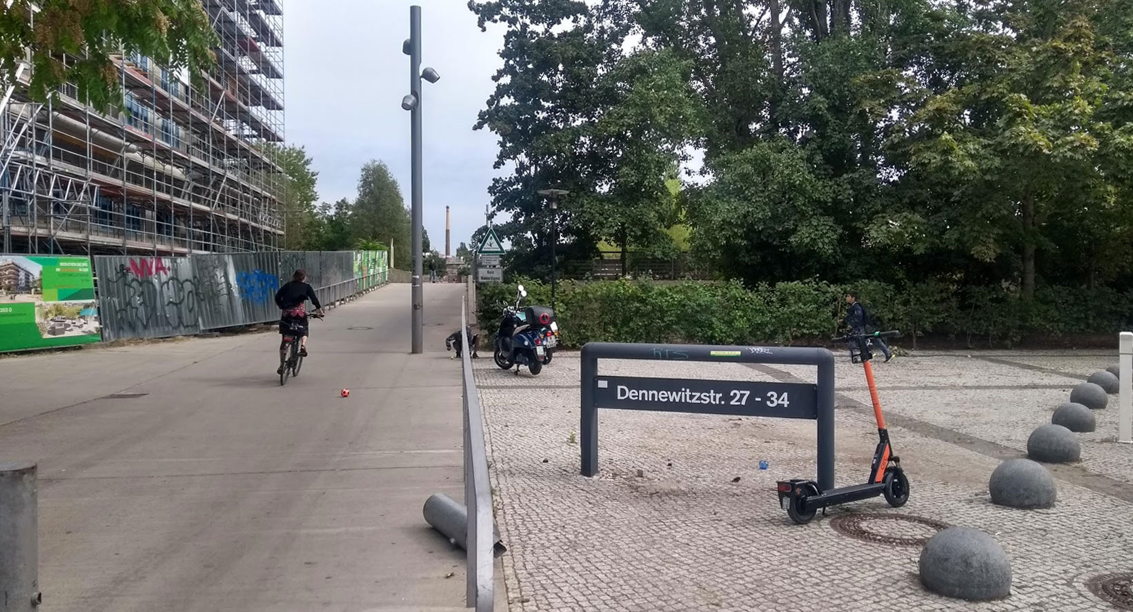 Die Dennewitzstraße 35 heute, der Eingang von der Kurfürstenstraße in den Westpark
