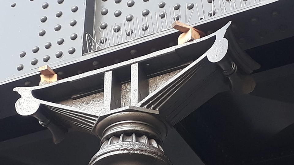 Die Lücke zwischen den Stützen und dem Brückenträger