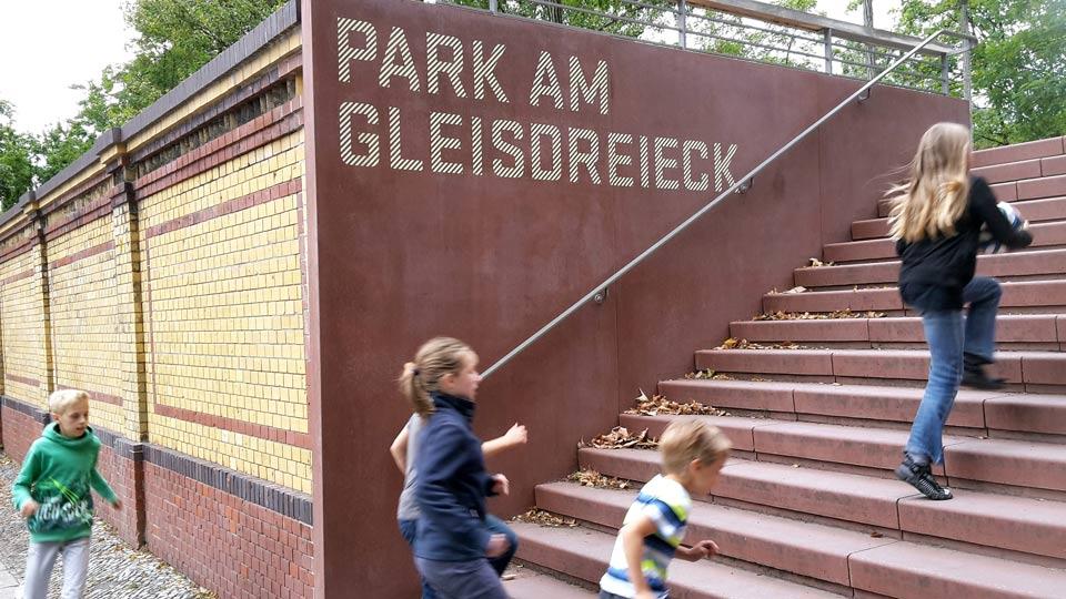 Kinder auf den Weg in den Park, Aufnahme von Helmut Mehnert