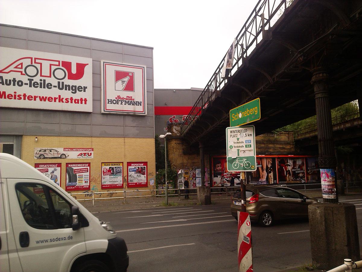 Das Sockelgeschoss von Auto Atu orientiert sich mit seinen gelben Klinkern am historischen Material der Yorckbrücken.