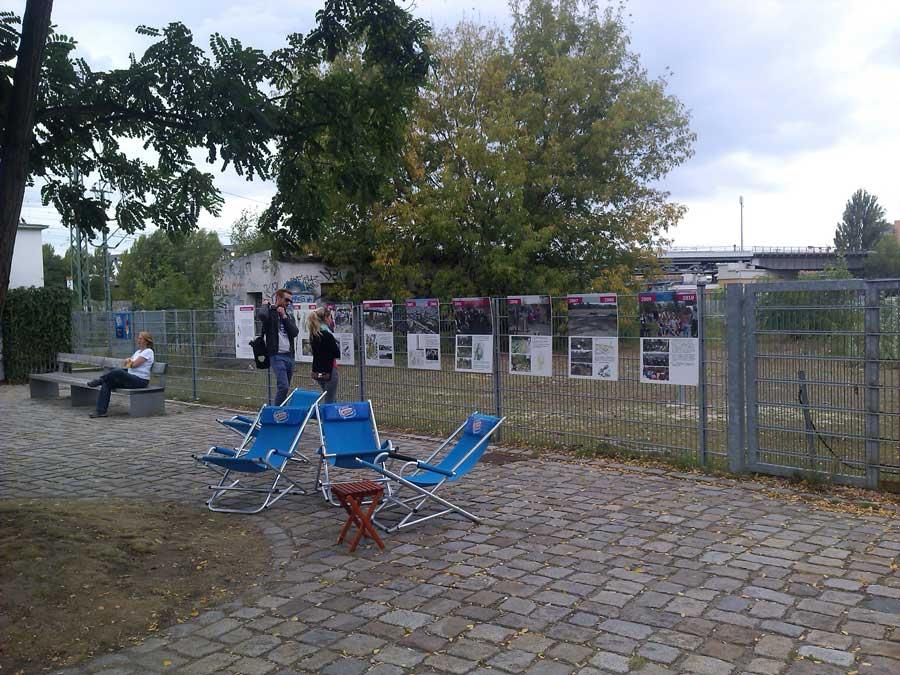Die 10 Ausstellungstafeln hängen am Zaun in dr Nähe des Poststellwerks im Ostpark