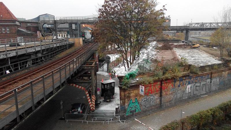 Blich auf das Stadtbahnviadukt vom Parkhaus Debis aus. Stachldraht,Wachhäuschen und Kunstschnee stammn von den Filmarbeiten Steven Spielbergs Anfang Novmber