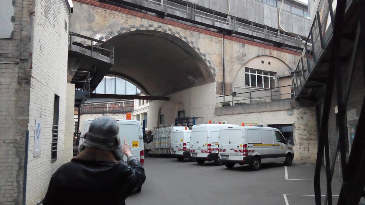 Im inneren des alten Gleisdreiecks. Hinter dem Fotorafen liegt das Vidukt der U2, vor ihm das Voidkaukt der U1, durch den Bogen unter der U1 sieht man die nordöstlche Kurve des Gleisdreieck, die seit dem Unfall von 1908 ohne Betribe ist.