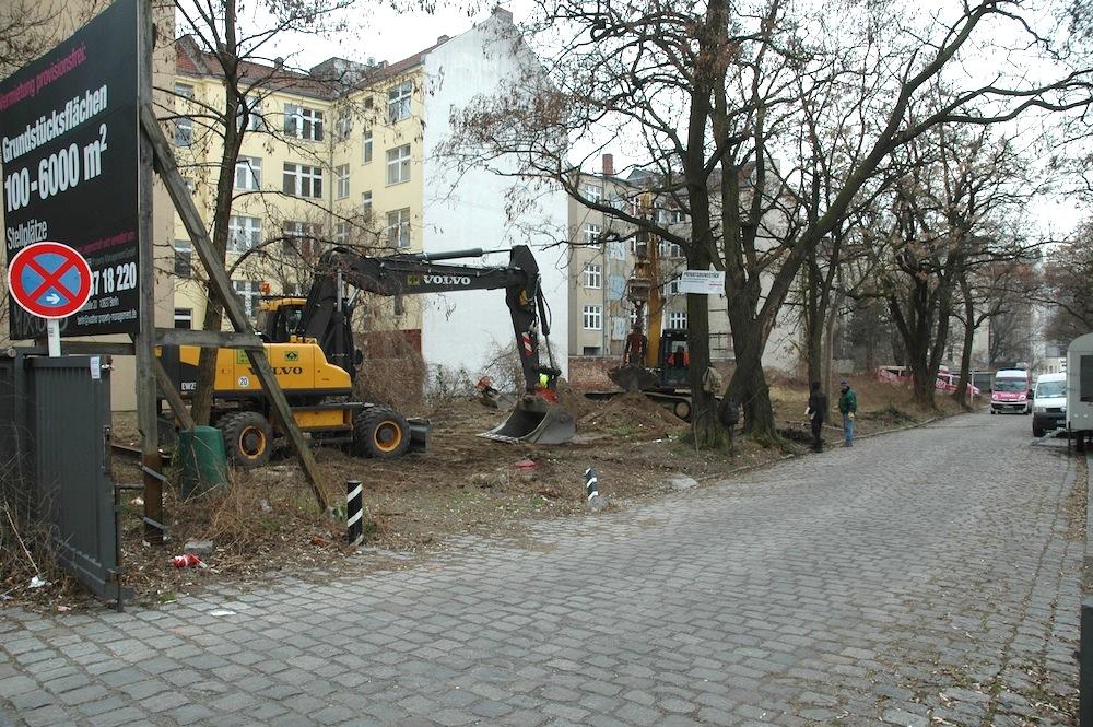 Die alte Zufahrtstraße zum Lokdepot des Deutschen Technikmuseums. Die Straße mit den alten Bäumen soll für das neue Projekt abgerissen werden.