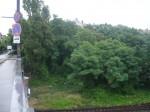 Die grüne Böschung im Rücken der Eylauer Straße