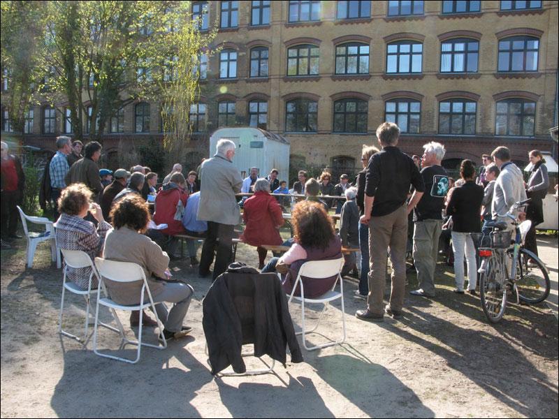 Abschlußgespräch vor dem Vereinshaus der Kleingärtner POG