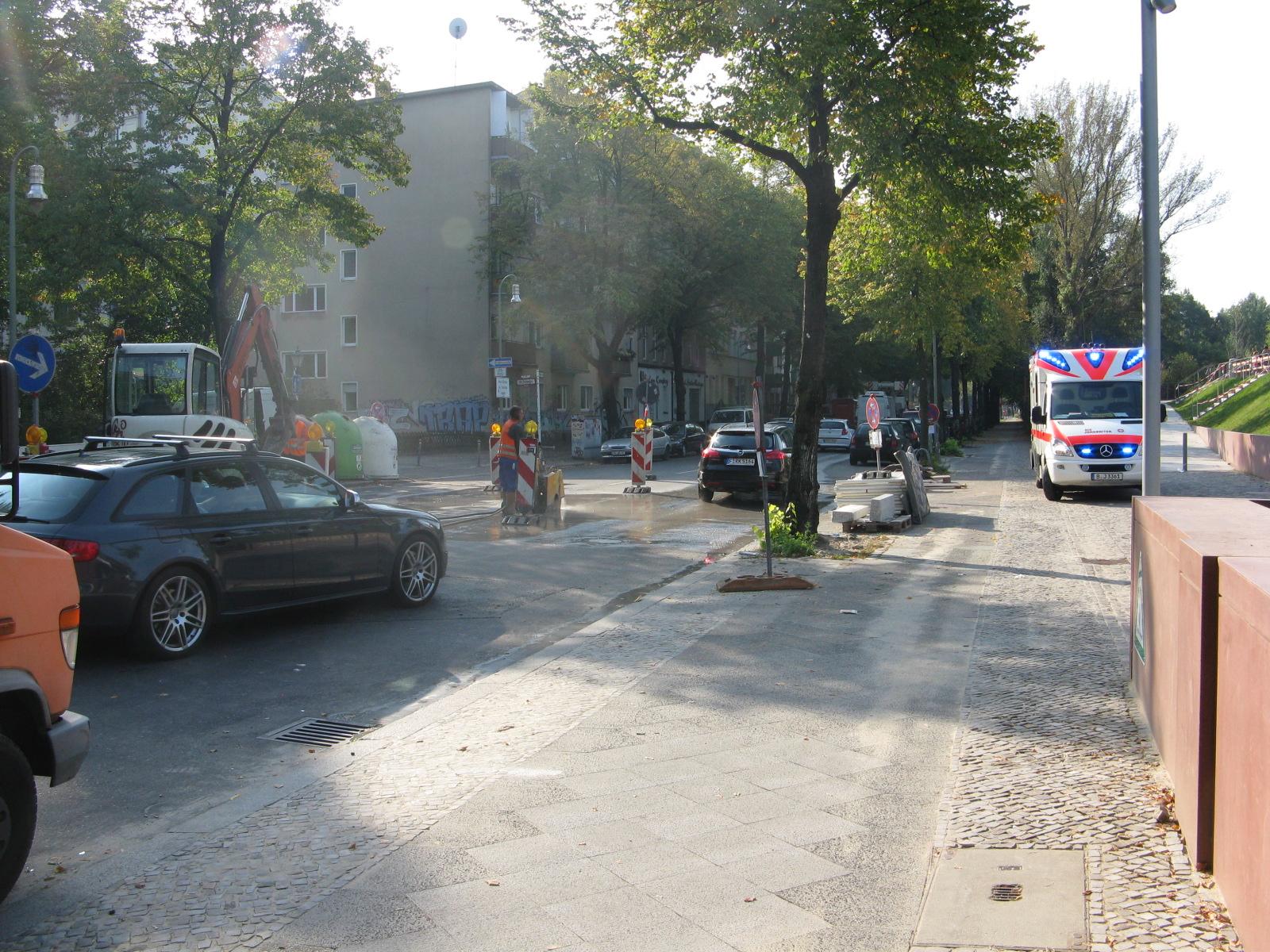 Bauarbeiten für die Mittelinsel in der Möckernstraße, rechts im Bild ein Krankenwagen, der zu einem Unfall in der Skaternalage unterwegs war. Es dauert eien Weil, bis er schließlich beim Eingang am Spectrum den Weg aufs Gelände fand.