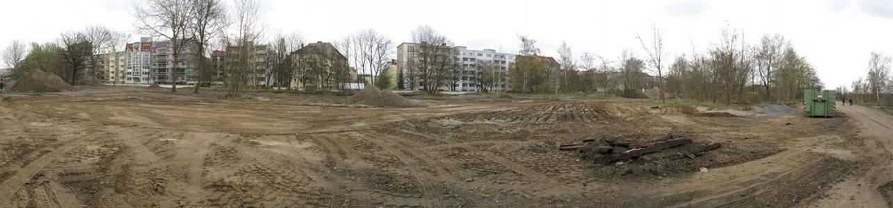 Der Rand zur Möckernstraße, ehemals dicht bewachsen, jetzt fast durchsichtig.