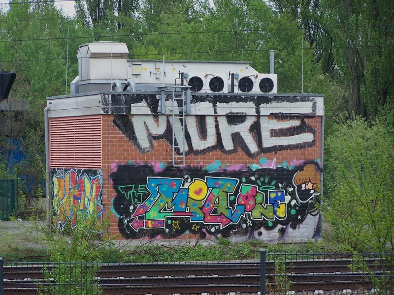 """""""MORE"""" - Tranformatorhäuschen an der Fern- und Regionalbahnstrecke ein parr Meter südlich der """"Station"""". wo die """"STROKEART.FAIR"""" stafftfindet"""