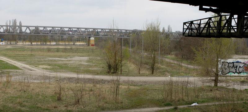 Auf dem Postdamer Güterbahnhof von der U1 Richtung Süden geschaut, hier wollen Grün Berlin und Atelier Loidl grünen Asphalt verbauen!